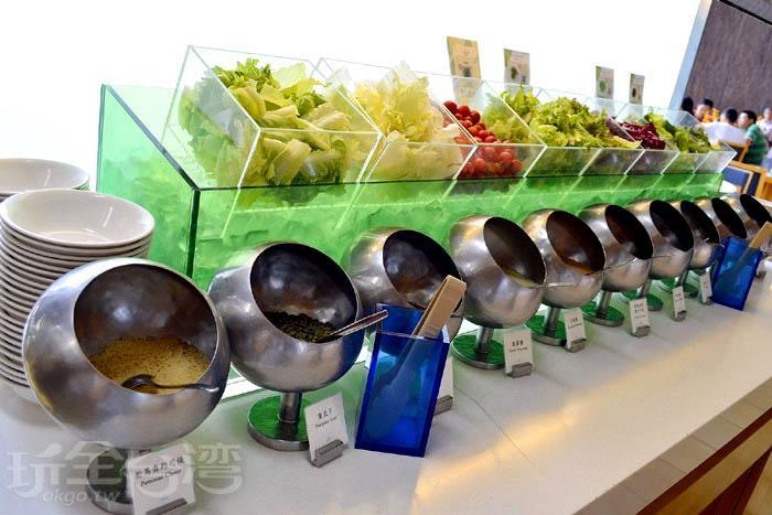生菜沙拉區提供多樣配料:帕馬森起司、多樣核果、麵包丁..等。/玩全台灣旅遊網特約記者阿辰攝