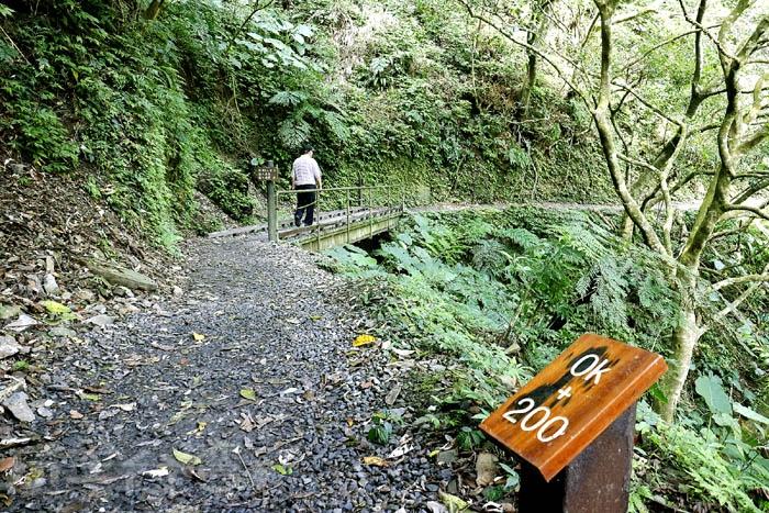 林美石磐步道是一個環狀步道,右入左出走一圈,沿路每100公尺都有設標誌牌!/玩全台灣旅遊網特約記者阿辰攝