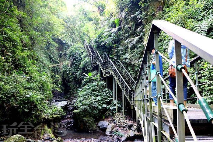 步道450m處為U型峽谷地形,林務局特別在此臨崖架設鋼構木棧道,供遊客觀賞大自然的鬼斧神工!/玩全台灣旅遊網特約記者阿辰攝