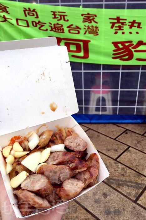 大腸是秤重量算價格的,每個都不一樣喔!烤的不會很油膩,而且搭配香腸超配。/玩全台灣旅遊網特約記者阿辰攝