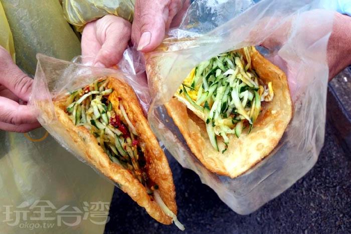 蔥油餅配料很簡單,就只有滿滿的小黃瓜,可選擇要不要加蛋~/玩全台灣旅遊網特約記者阿辰攝
