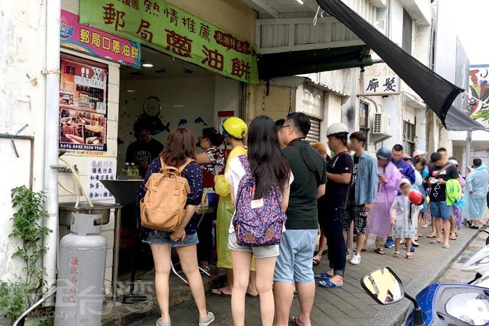 人滿為患的蔥油餅店/玩全台灣旅遊網特約記者阿辰攝