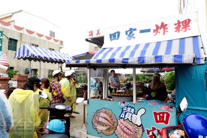 來到澎湖怎麼能錯過這家美味的炸物攤呀,好多遊客為了它而來。/玩全台灣旅遊網特約記者阿辰攝