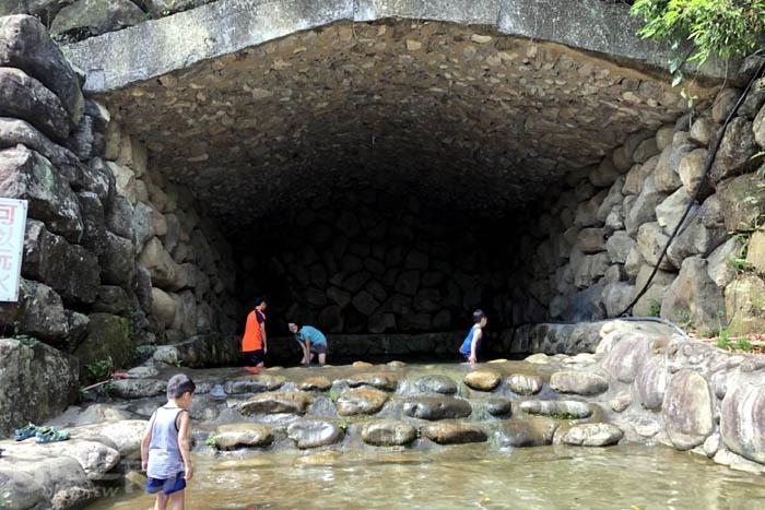 小朋友一直吵著很熱嗎?嘿嘿~這裡也有戲水池可以讓他們玩耍囉!!但記得大人要陪伴在身旁哦/玩全台灣旅遊網特約記者阿湖與阿釵攝
