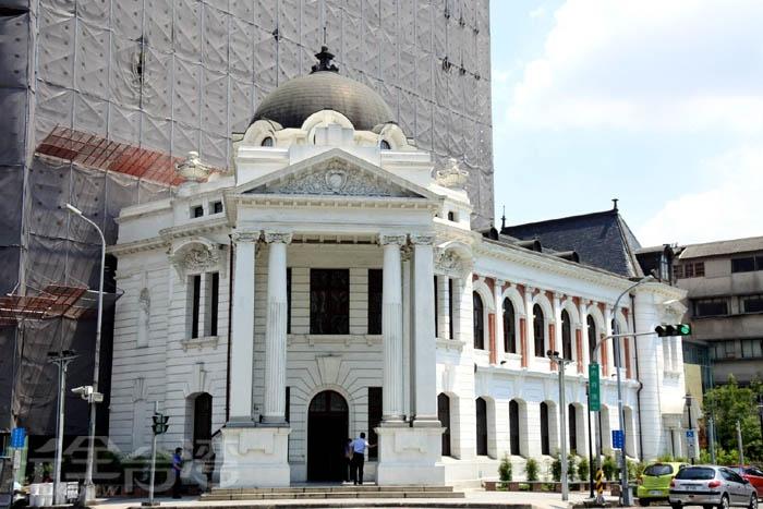 建於明治44年(1911年),矗立已超過百年,為第一棟鐵筋混凝土建築。/玩全台灣旅遊網特約記者阿辰攝