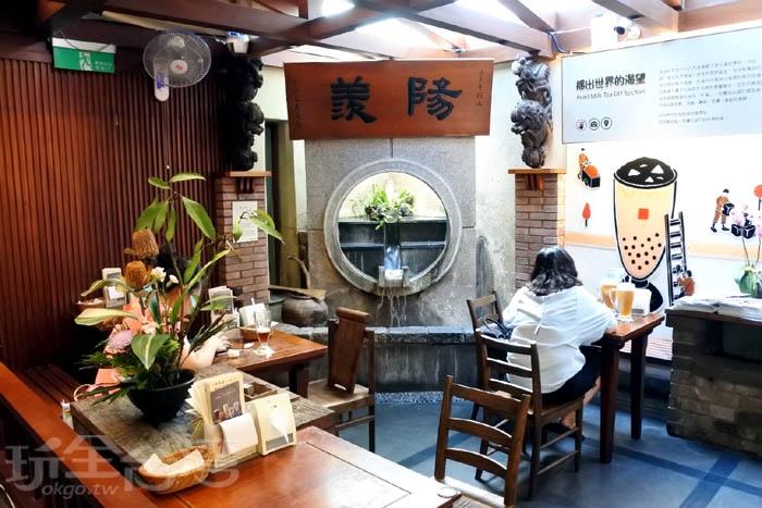 坐著喝杯珍奶感受古色古香的氛圍環境。/玩全台灣旅遊網特約記者阿辰攝