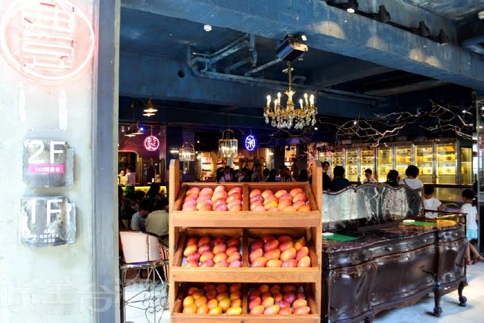 老屋改造,現販賣糕點、冰淇淋、鬆餅甜點...等等知名餐飲。/玩全台灣旅遊網特約記者阿辰攝