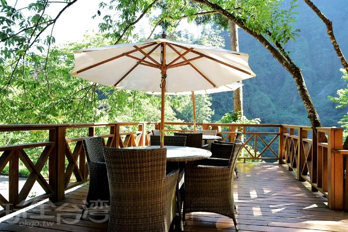 漫森餐廳,室內外皆有座位!我覺得坐在戶外區吹著涼風喝咖啡、看看山景還蠻愜意的呢!/玩全台灣旅遊網特約記者阿辰攝