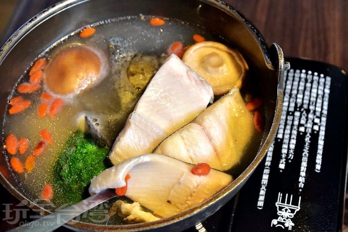 小火鍋內的鱒魚魚肉不少,肉質很鮮嫩,除了魚肉,裡面還放了香菇、山藥、青花菜../玩全台灣旅遊網特約記者阿辰攝