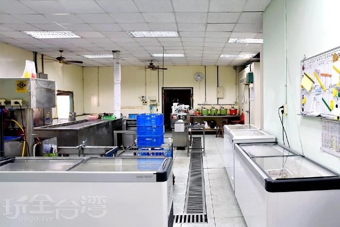 店內環境衛生乾淨且明亮,還可以看見製冰過程~/玩全台灣旅遊網特約記者阿辰攝