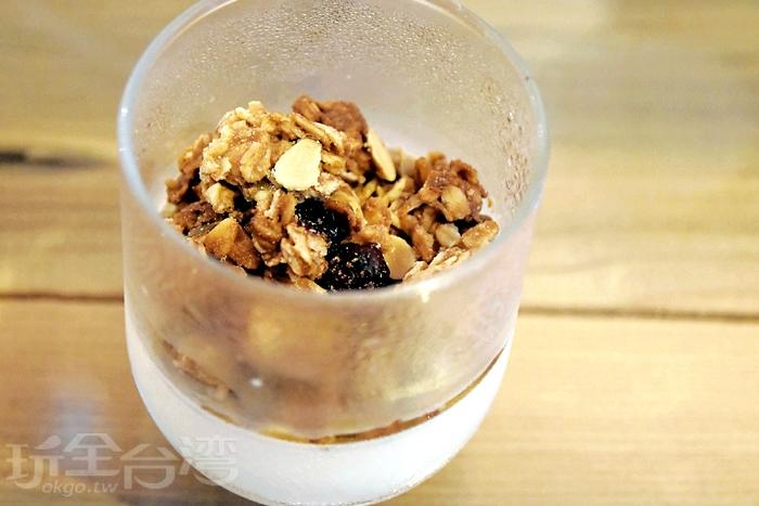 附餐的優格有滿滿的燕麥與果乾/玩全台灣旅遊網特約記者阿辰攝