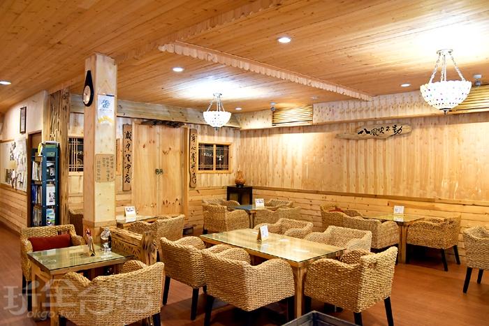 用餐區以淺色木材裝潢,空間很柔和/玩全台灣旅遊網特約記者阿辰攝