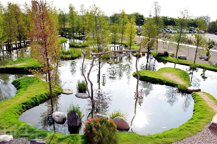 從高處往下看,能清楚的看見景觀池上的愛心造景/玩全台灣旅遊網特約記者阿辰攝