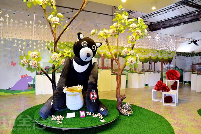 來到二樓~樂高作品展區,看到展區中間有一隻可愛的台灣黑熊/玩全台灣旅遊網特約記者阿辰攝