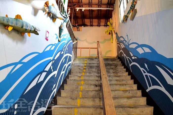 紙文化館一樓,除了有造紙機械展示區,還有一面價值不斐的百萬紙捲牆,這也是遊客來訪必拍之處