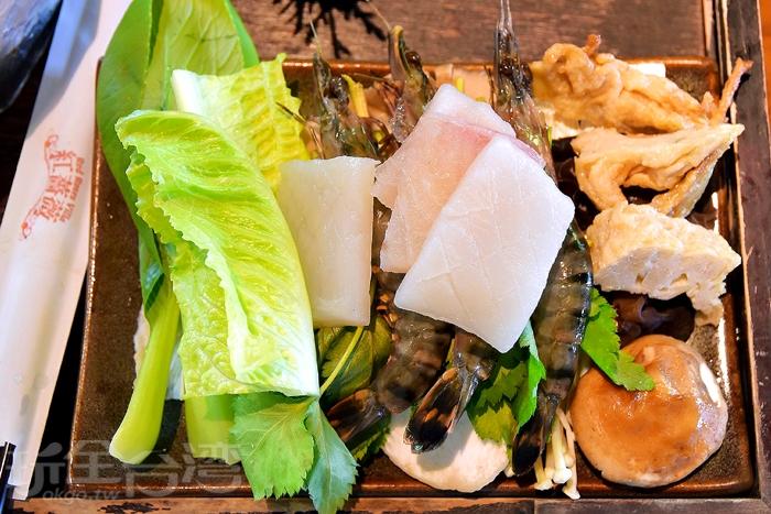 菜盤海鮮有:花枝、魚肉片、三隻蝦子,底層還有些菇類食材/玩全台灣旅遊網特約記者阿辰攝