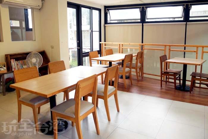 來到二樓,同樣擺設木製桌椅,空間設置簡約舒服/玩全台灣旅遊網特約記者阿辰攝