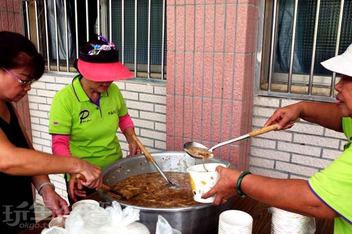 芋筍粥是許多甲仙在地人從小吃到大的美食記憶,在地人好友也告訴我,他大學四年在外求學最想念的家鄉味就是芋筍粥,回鄉一定要吃個好幾碗才滿足/玩全台灣旅遊網特約記者阿辰攝