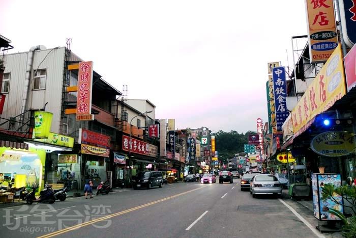 即將入夜的文化路上,攤販店家的招牌燈紛紛亮起,此時遊客身影逐漸減少了,而在地好友正準備帶著我體驗我從沒看過的甲仙另一個面貌/玩全台灣旅遊網特約記者阿辰攝