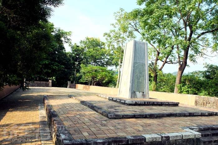 公園高處平台豎立一塊甲仙埔抗日紀念碑供後世弔念,當年的英勇事蹟仍是台灣歷史不可抹滅的重要血淚篇章/玩全台灣旅遊網特約記者阿辰攝