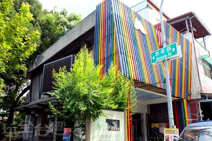 甲仙遊客中心已在此為民服務十年了,平日還可在此欣賞展覽唷/玩全台灣旅遊網特約記者阿辰攝