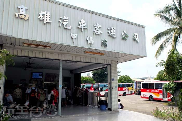 高雄客運甲仙站設置在熱鬧的文化路隔壁條路,步行幾分鐘就能到達。/玩全台灣旅遊網特約記者阿辰攝
