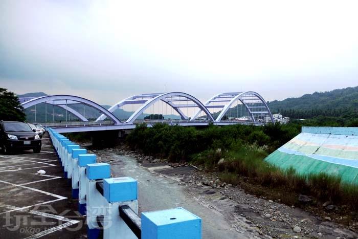 從溪旁的停車場看向甲仙大橋的側身,三座拱形橋身看起來像條巨龍!/玩全台灣旅遊網特約記者阿辰攝