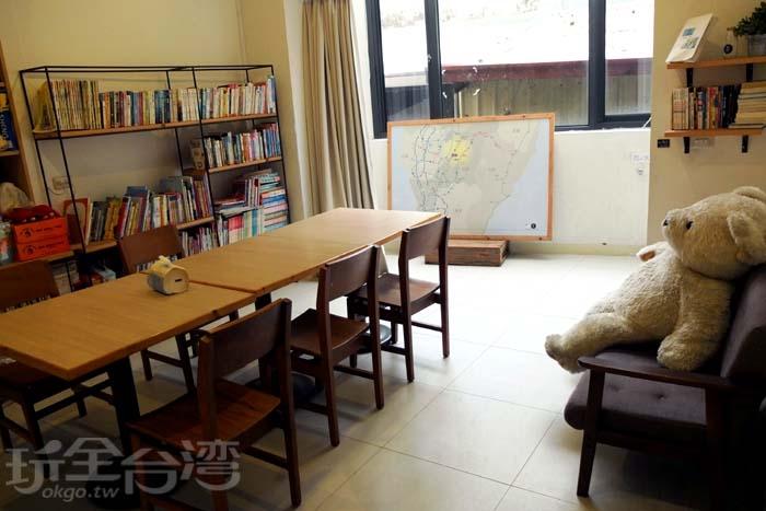 用餐空間滿大的,而且有許多書籍可以閱讀/玩全台灣旅遊網特約記者阿辰攝