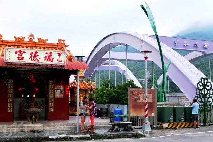甲仙大橋另一邊有間小廟「甲仙福德宮」/玩全台灣旅遊網特約記者阿辰攝