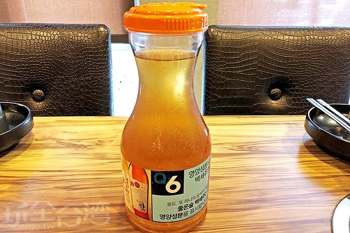 隨桌附贈去油解膩的無糖麥茶/玩全台灣旅遊網特約記者阿辰攝