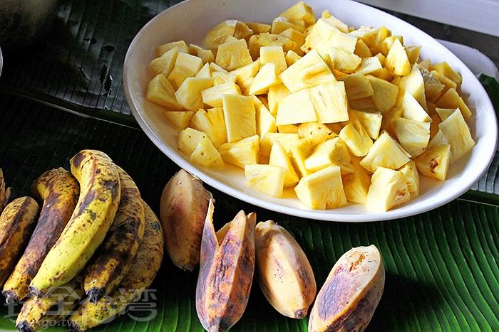 飯後水果是鳳梨,酸甜解膩,香蕉和芭蕉新鮮香甜幫助消化/玩全台灣旅遊網特約記者阿辰攝