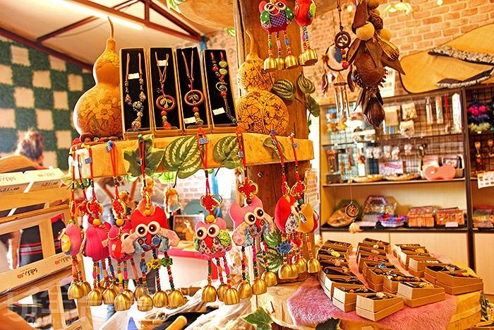 琳瑯滿目的吊飾商品融入鄒族傳統特色/玩全台灣旅遊網特約記者阿辰攝