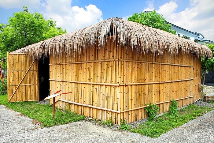 參觀鄒族傳統家屋,裡面一進去會看到廚房、狩獵的器具、火台、穀物架/玩全台灣旅遊網特約記者阿辰攝