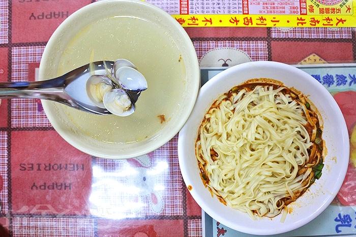 每人人手一碗麻醬麵,麵條蠻Q彈的,與蛤蜊湯超絕配/玩全台灣旅遊網特約記者阿辰攝