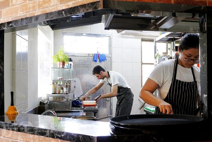 一樓半開放式廚房可看見主廚料理/玩全台灣旅遊網特約記者阿辰攝