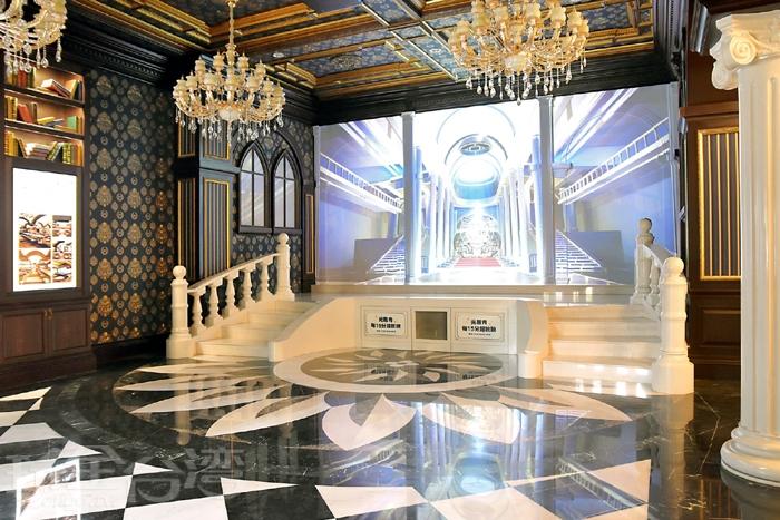城堡一樓入口處有光雕秀,每15分鐘一次,算是迎賓秀!/玩全台灣旅遊網特約記者阿辰攝
