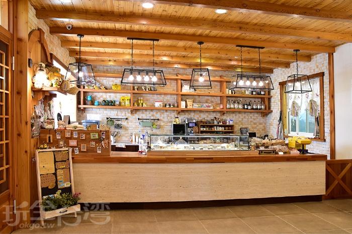 小木屋裡分為點餐櫃檯&用餐區,點餐櫃檯-蛋糕櫃不開放拍照喔!/玩全台灣旅遊網特約記者阿辰攝