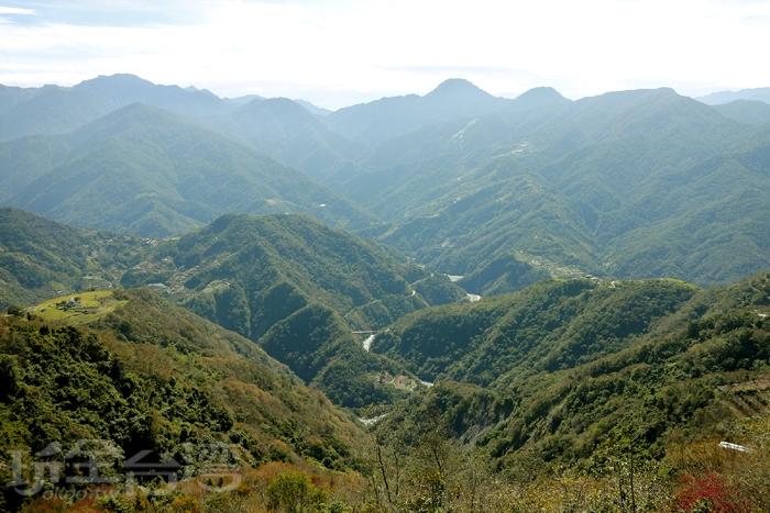 站在景觀平台上,可駐足迎涼風,遠眺中央山脈、濁水溪河谷!/玩全台灣旅遊網特約記者阿辰攝