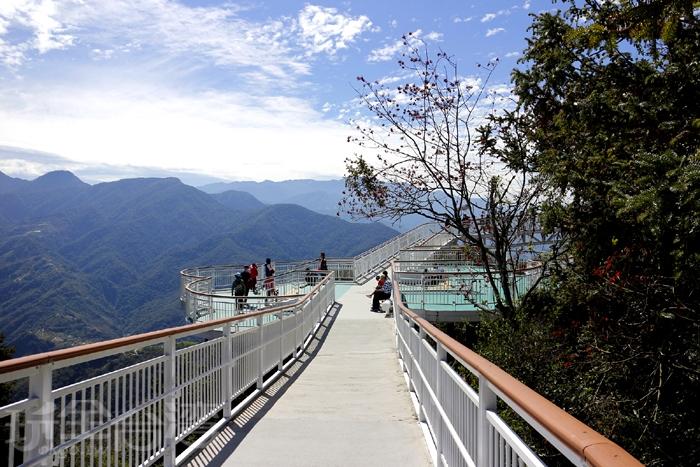 清境高空景觀步道海拔約1700~2000公尺,全長1.2公里、寬2.5公尺,屬於視野開闊的「高架空中步道」。/玩全台灣旅遊網特約記者阿辰攝