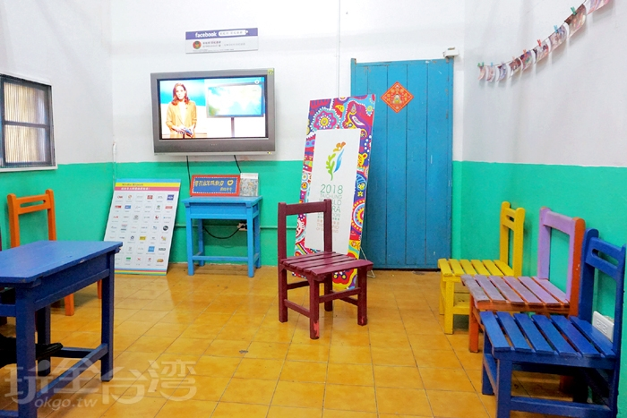 裡面還有一間小空間,有提供座位讓遊客可以小歇並觀看彩虹村的相關影片報導/玩全台灣旅遊網特約記者阿辰攝