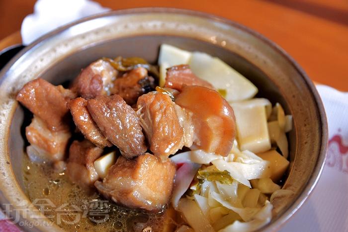 紅燒小封肉,容器裡有筍干及五花肉,五花肉,燉煮到油亮油亮,吃起來入味/玩全台灣旅遊網特約記者阿辰攝