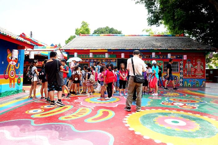 這天來訪也才發現彩虹村的魅力真大,遊覽車可是一車接著一車的來呢!/玩全台灣旅遊網特約記者阿辰攝