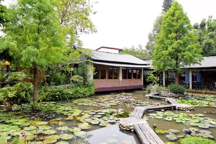 走到裡面,才發現別有特色..蓮花池+落羽松,呈現一種城市中的田園風光,帶點純樸美感/玩全台灣旅遊網特約記者阿辰攝