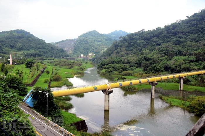走出6號隧道,一旁是鯉魚潭美景/玩全台灣旅遊網特約記者小玉兒攝