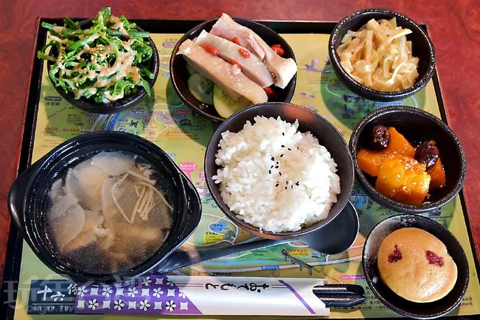六份人文茶館 [風味簡餐~客家油雞飯]/玩全台灣旅遊網特約記者小玉兒攝
