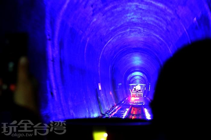 2號隧道設有七彩燈光/玩全台灣旅遊網特約記者小玉兒攝