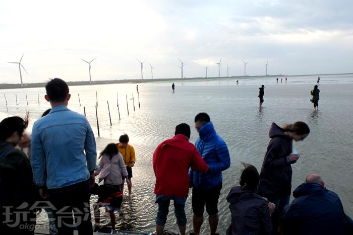 木棧道走到底會有開放大家走下海水的區域,不論大人小孩幾乎二話不說,很快將鞋襪一脫,興奮跑下去玩水拍照。/玩全台灣旅遊網特約記者阿辰攝