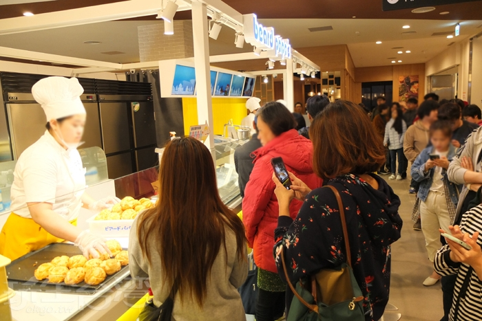 人氣搶搶滾的店一家接著一家,尤其是這家日式泡芙,單看聚在店面前的排隊人潮就知道有多紅了吧!/玩全台灣旅遊網特約記者阿辰攝