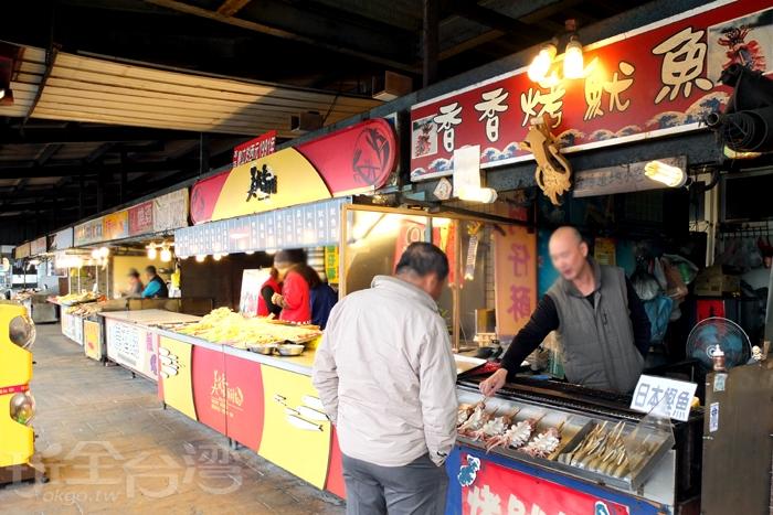 在美成香酥海產隔壁攤位的「香香烤魷魚」,是這排小吃攤位的第一攤。/玩全台灣旅遊網特約記者阿辰攝