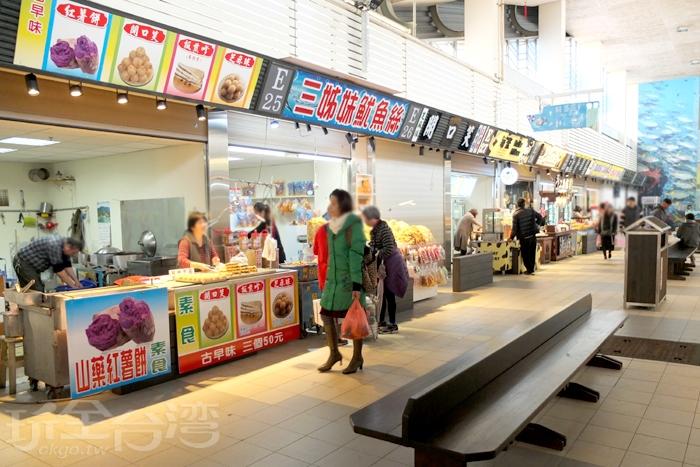 提供休息座椅,方便遊客們坐下來品嘗海鮮料理美食。/玩全台灣旅遊網特約記者阿辰攝